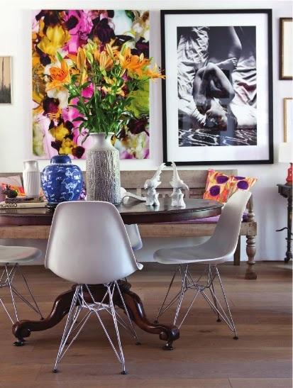 Mesa antiga com cadeiras modernas