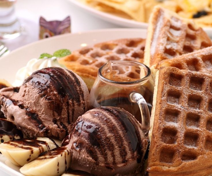 Этот рецепт понравится всем любителям шоколада. Вкусные и ароматные вафли станут отличным десертом или дополнением к семейному завтраку. Готовятся они из двух видов теста, поэтому результат получается просто...