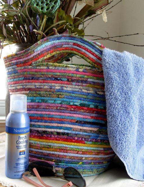 Neu zugewiesene Wäscheleine umwickelte Stoff Korb Tasche bunt Batik  Füllen Sie diese aufgerollter Wäscheleine Batik Tote mit Zeitschriften in den Wintergarten, tote an den Strand mit Sonnencreme und Handtuch oder für Bauern Markt findet. Es ist großes Jahr für Ihre Go to Tote oder Wohnkultur. Verschönern Sie Ihren Tag oder Geschenk an Ihre BFF (vielleicht ließ Sie es ausleihen wird!)  Ein Kaleidoskop der Batik-Stoff-Streifen und eine Länge von Wäscheleine Mode dieses Erbstück Qualität Korb…
