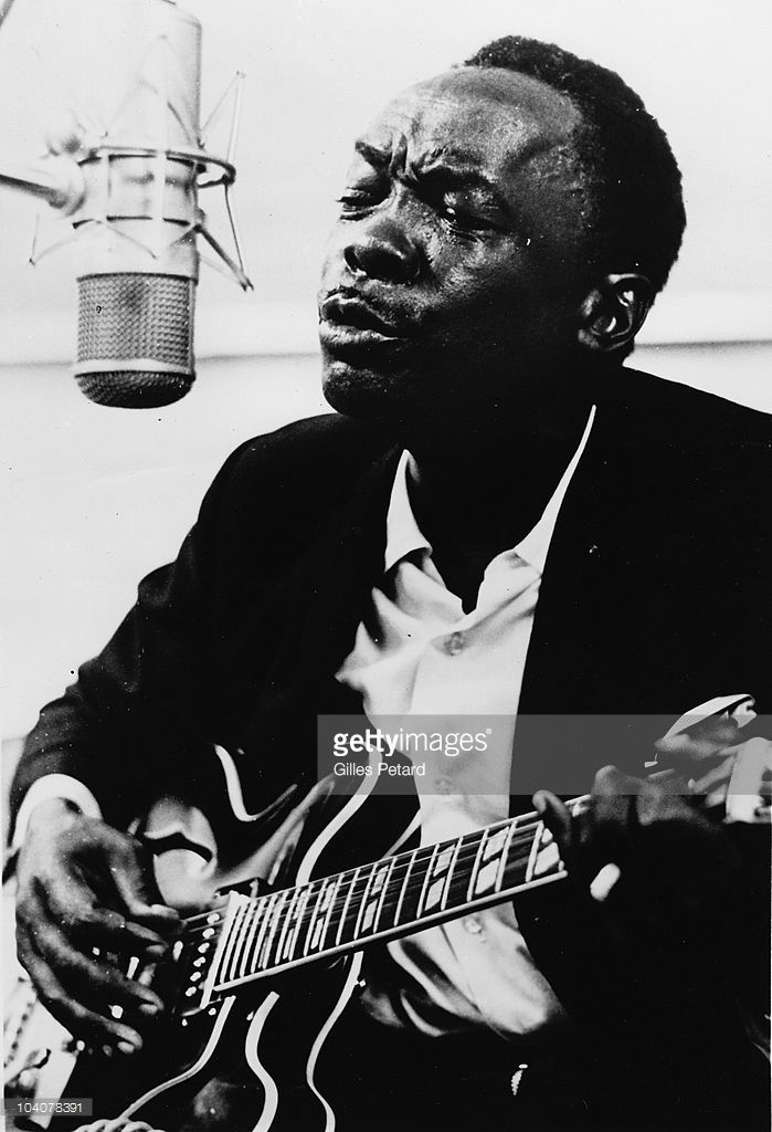 Photo d'actualité : John Lee Hooker sings at a microphone in a...