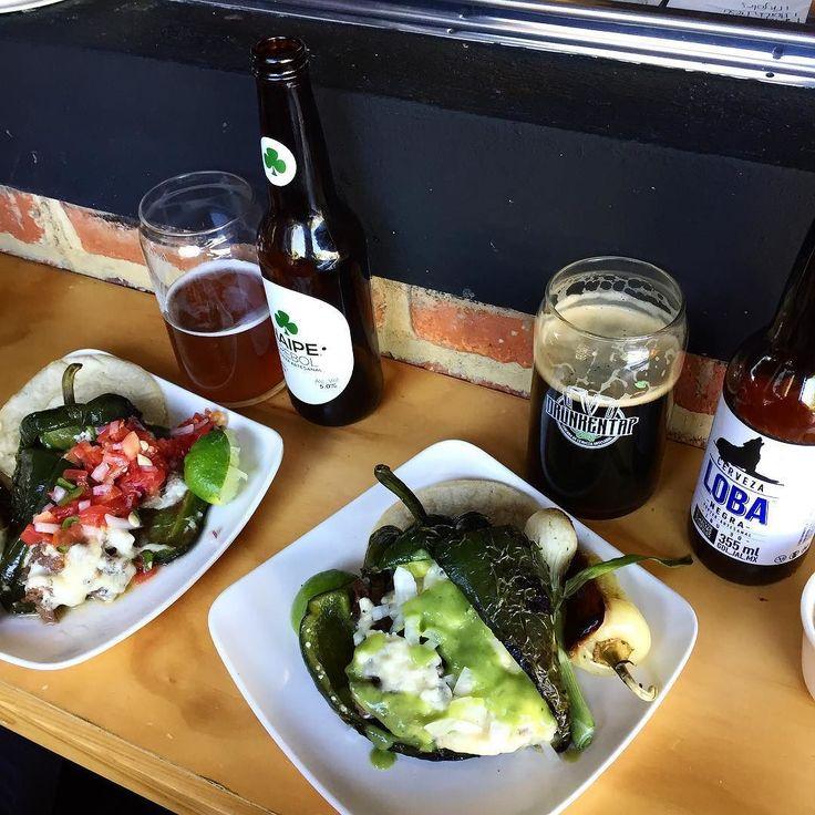 La mejor comida para iniciar el fin de semana: chiles rellenos acompañados de cerveza artesanal. #OCatrinaEnGdl #Caprichos