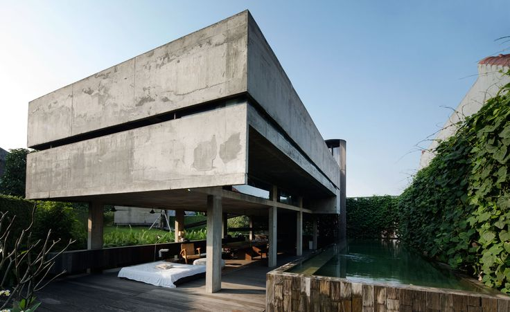 The Andra Matin House – created by the eponymous architect – combines concrete and timber. The ground floor deck provides a sheltered outdoor space for the living and dining area