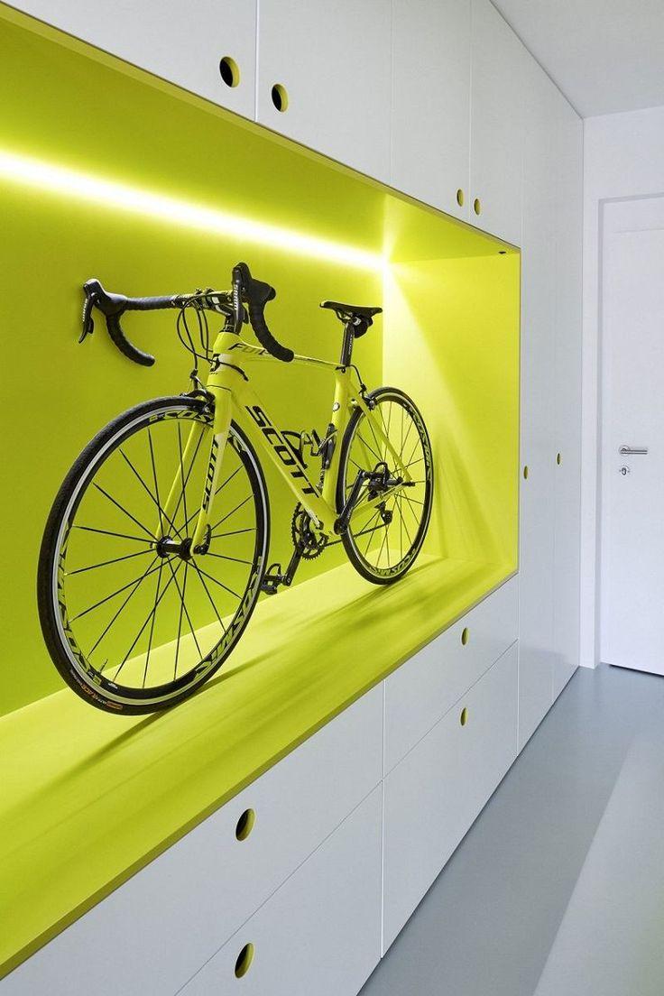 aménagement studio minimaliste avec espace de rangement pour la vélo en jaune fluo