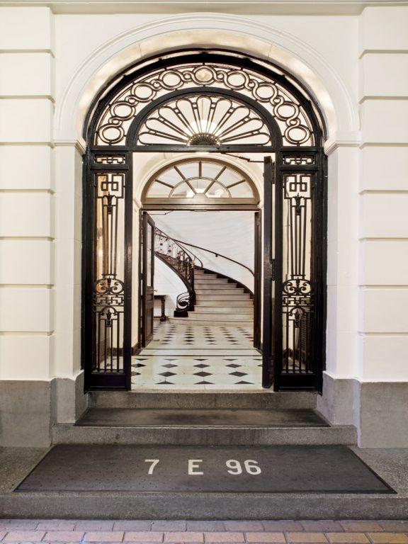 Традиционная передняя дверь с известняком плиточные полы, Высокие потолки