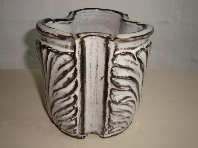 KÄHLER (Herman A. Kähler) vase by SVEND HAMMERSHØI. H: 11,5 cm D: 11 cm from 1930s. Signed HAK. #Kahler #ceramics #pottery #hak #Svend #Hammershoei #vase #dansk #keramik #Danish. SOLGT/SOLD.