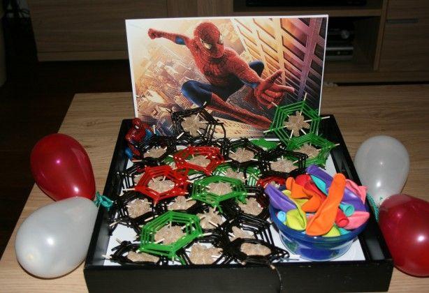 Leuke traktatie voor de Spiderman fan. Prikkertjes in de spin griotten gedaan en van gekleurde snoepveters de spinnenwebben gemaakt.
