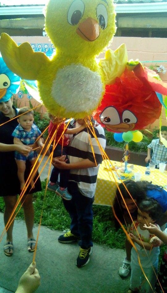 La Gallinita Pintadita piñata de cintas Lottie Dottie Chicken string piñata