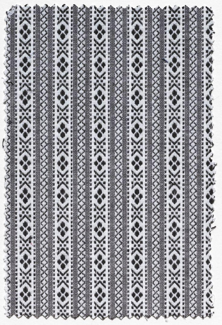 Stofstaal. Katoen. Witte kettingdraden met zwarte en witte inslagdraden, in patroon geweven. Gebruikt als doordeweekse schortenstof bij de streekdracht van Zuid-Beveland. Dit van origine Walcherse 'schortenbont' werd vanaf circa 1975 ook op Zuid-Beveland gebruikt voor de doordeweekse schorten, omdat de daarvoor algemeen gebruikte schortenstof steeds zeldzamer werd. #Zeeland #ZuidBeveland #Walcheren
