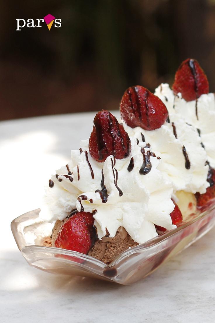 FRUTILLA SPLIT Helado de americana, frutilla y chocolate, frutillas, chantilly, mermelada de frutilla, jalea de chocolate y cereza.