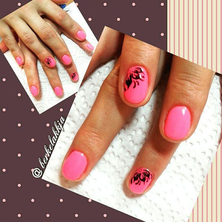 Pink nails. Nail art flower.
