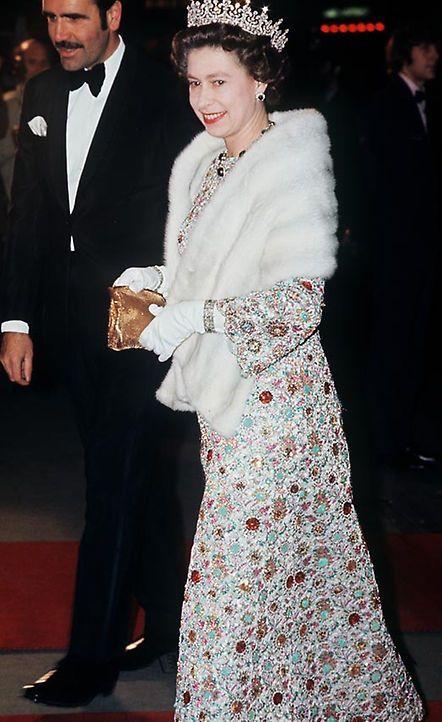 Una exposición sin precedentes con los 150 trajes más icónicos de la reina Isabel por su 90 cumpleaños