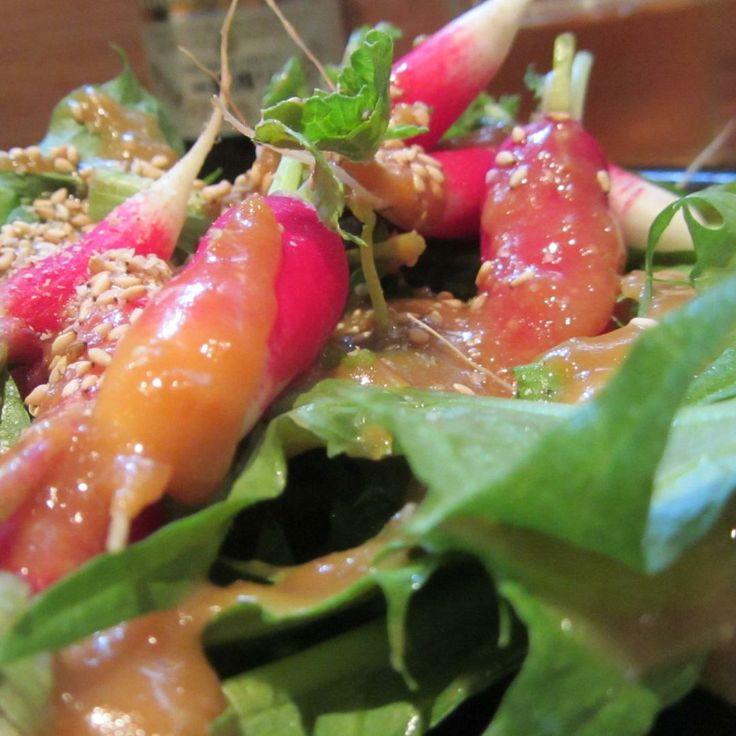Ensalada de Rábanos frescos en Greater London.  Son ligeramente picantes y se aliñan con un aderezo de  miso y sésamo tostado. El sabor de la ensalada es espectacular.  http://www.onfan.com/es/especialidades/londres/koya/ensalada-de-rabanos-frescos?utm_source=pinterest&utm_medium=web&utm_campaign=referal