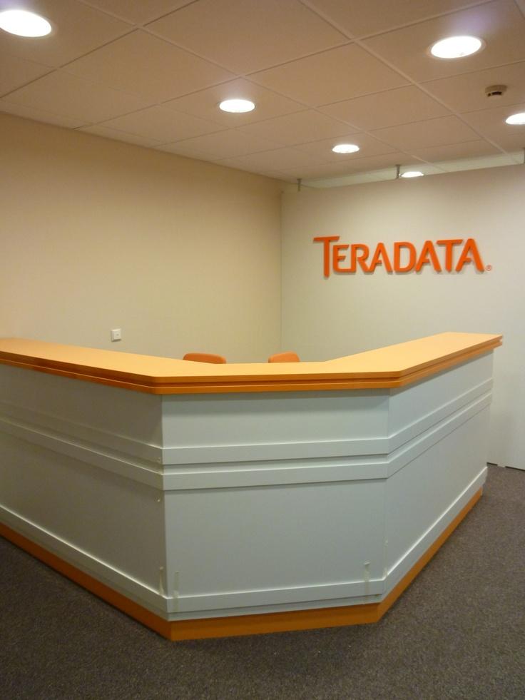 Административная стойка и перегородка с логотипом в зону ресепшн, изготовленные по индивидуальному заказу в корпоративных цветах.