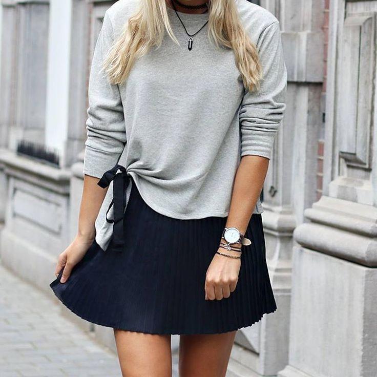 ⚡NIEUW!⚡Tékenen we voor! luxe plissé rok met comfy strik-sweater. Wij kunnen wel wennen aan dat nieuwe upcoming modeseizoen Voor de oplettende kijker; het horloge --> SOON! #myjewellery #outfit #skirt #sweater #sneakpeek #love #like #happy
