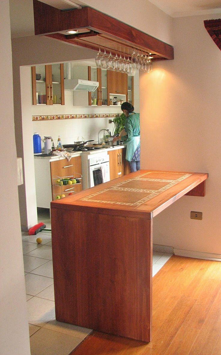 Mobiliario diseñado a medida,  construido con madera de pino insigne teñida y madera de raulí. Cubierta con cerámicos