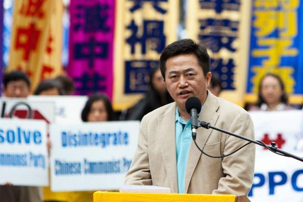 Charles Lee, porta-voz do Centro Global para Sair do Partido Comunista Chinês, participa de uma manifestação de praticantes do Falun Gong perto da sede das Nações Unidas em Manhattan, Nova York, em 14 de maio de 2014 (Petr Svab/Epoch Times)
