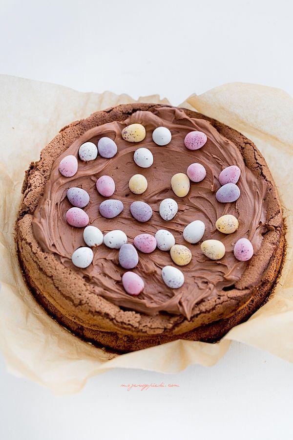 Czekoladowe ciasto z kremem i jajeczkami