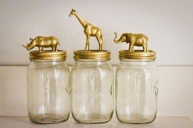 Decore você mesma os potes de mantimentos: uma ideia é colar bichinhos de brinquedo e pintar. | 25 truques de organização que vão mudar a cara da sua cozinha