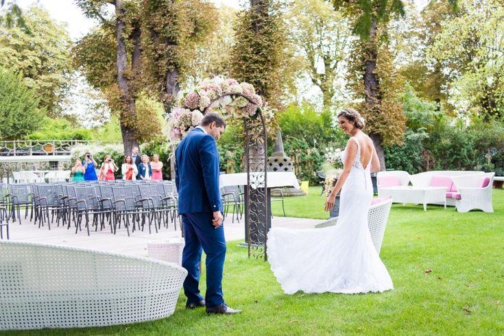la découverte des mariés : ce moment im le marié découvre la belle robe de mariée photographe mariage lille