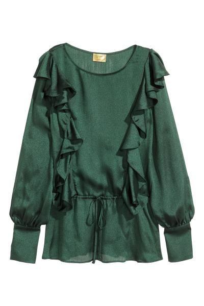 Blusa de volantes: H&M. Blusa en tejido vaporoso con ligero brillo. Modelo de manga larga con puños anchos con botón, volantes delante y detrás, costura en la cintura con elástico en la espalda y cordón de ajuste delante.