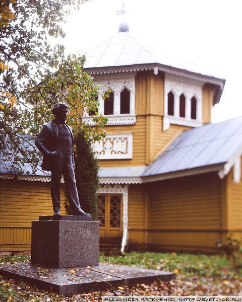 Памятник в доме отдыха для художников «Академическая Дача».