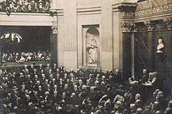 La statue de Bossuet dans l'enceinte de l'Académie française, à Paris - Bossuet: prédicateur à Paris pendant 10 ans, précepteur du dauphin de 1670 à 1680, évêque de Meaux en 1681, il passe sa vie à prêcher la foi catholique avec l'éclat d'une éloquence qui ne le soustrait ni aux affaires publiques ni aux grandes querelles de son temps. L'année 1662 marque l'apogée de sa prédication.