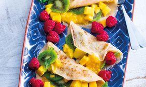 A tapioca é cada vez mais usada na confecção de crepes. Chegou a sua vez de experimentar fazê-los! Esta versão com fruta é saudável e perfeita para um pequeno-almoço ou brunch.