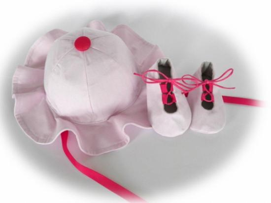 Sombrero y patucos de bebe color rosa