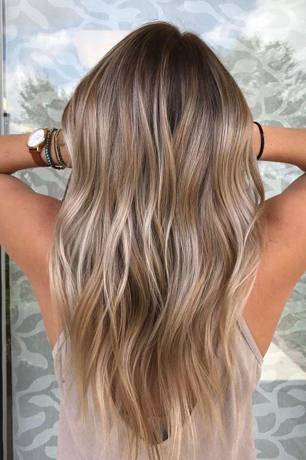 Adoucissant et gourmand, le balayage blond va illuminer couleur