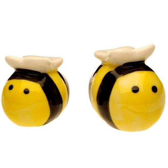 Originaleed elegante set di 2 pezzi da cucina a forma di api rifinite a manodi Le Fantasie di Casa. Bellissima idea regalo per ravvivare i colori della tua cucina e della sala da pranzo magari abbinandoli ad un centrotavola con fiori in tinta. In confezione regalo trasparente. Dimensione ape maschio: cm 5 x 4,5 x3,8...