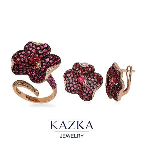 Великолепный комплект из золота 585 пробы создан искусными руками мастера-ювелира и украшены множеством розовых турмалинов и бриллиантов.