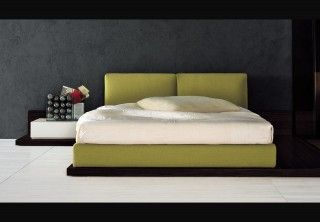 Ντυτό κρεβάτι με ξύλινη μπάζα, δρύινη, σε βέγγε χρώμα.Ύφασμα σε γήινη απόχρωση και κομοδήνο χαμηλό σε άσπρη λάκα.Αρμονικός συνδυασ...