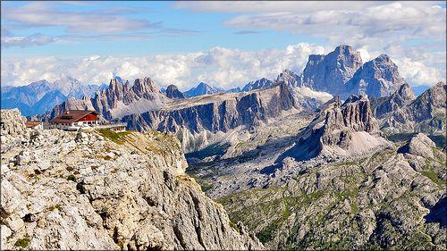 Rifugio Lagazuoi m. 2.752 e vista sulle Dolomiti Bellunesi
