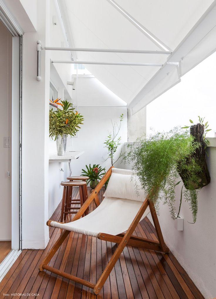 Varanda com deck de madeira, espreguiçadeira e pequeno balcão feito com granilite.