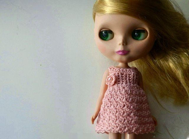crochet pink dress with a little flower for my blythe