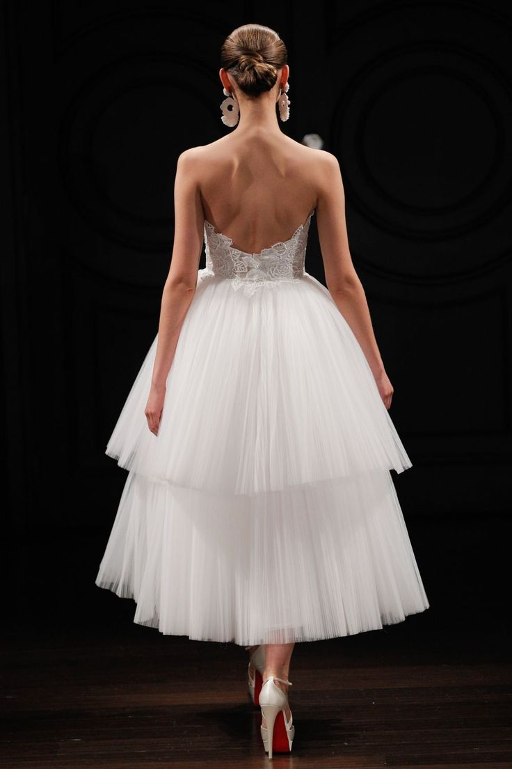 Rochii pentru mirese indraznete. Ce modele sexy poti purta, daca te-ai plictisit de clasica rochie de sirena :) - www.perfecte.ro