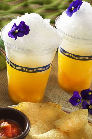 フローズンマンゴーカクテル 1個 ¥680  マンゴーを使ったトロピカルなフローズンカクテル。 テキーラとホワイトキュラソーをベースに、マンゴーピュレとライムジュース、シェイブアイスを加えた、ひんやり爽やかなカクテルです。  ※お酒です 【販売店舗】 ミゲルズ・エルドラド・キャンティーナ 1階バーカウンター