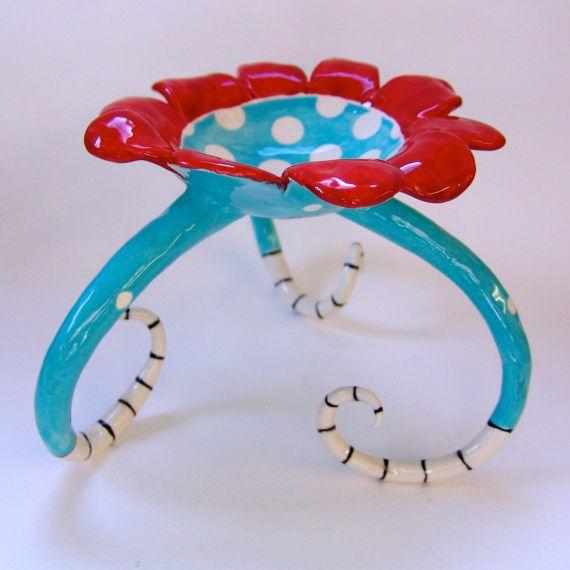 Questa bella ceramica whimsical piatto è sparato con turchese blu & piccoli puntini bianchi. Ha petali rossi brillanti e imposta su 3 piedini lunghi ricci con strisce bianche e nere.  * * appena a destra per il vostro arredamento!  È sicuro da utilizzare per cibo (frutta secca, caramelle, snax) o sapone, una candela, gioielli, ecc  misure 6 nella parte superiore (7-7½ attraverso ai piedini) x 5 alto.  * si tratta di un originale di una mano gentile costruito esattamente come fotografato, ...