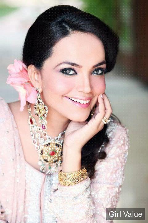Aamina Sheikh in white salwar kameez dress