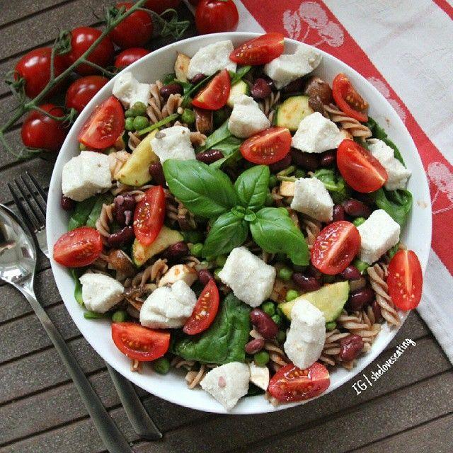 PASTA SALAD ✨ made with wholegrain speltpasta, peas, onion, zucchini, spinach, tomatoes, fresh basil, kidney beans and homemade vegan mozzarella