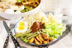 Recept voor vegetarische gado gado voor 4 personen. Met zonnebloemolie, zout, peper, bloemkool, ijsbergsla, taugé, sperzieboon, tempeh, pindasaus, knoflook, ketjap asin, zonnebloemolie en ei