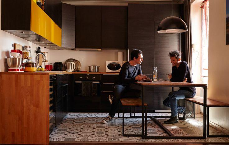 Florian og Fabiens djerve åpne løsning mellom kjøkken og spiseplass