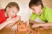 Le jeu permet à l'enfant de travailler et de découvrir par le plaisir, de découvrir et s'ouvrir au monde et aux autres, d'apprendre à agir pour transformer le monde et son environnement.