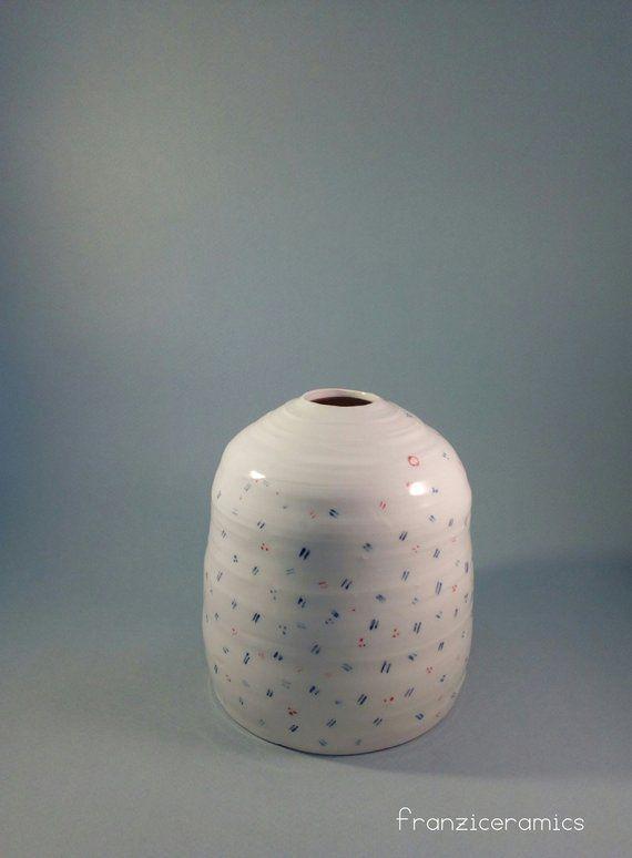 Il progetto è un vaso per fiori recisi e secchi, una sperimentazione di design che vuole ricercare una nuova poetica, il vaso si scompone perde alcune sue… Vaso Fiori Decor Home Arredamento Design Ceramic Jar Etsy Decor Ceramic Jars Ceramic Painting