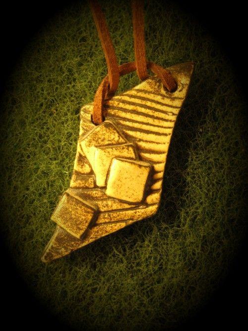 Keramický+šperk+(diturvit,+páleno+na+1250+stupňů)+Kvalitní+keramika+na+koženém+řemínku.Rozměr+23x57mm.