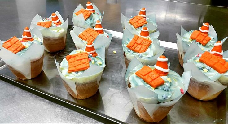Mini cupackes with delicious vanilla filling and vanilla buttercream frosting and decoreted with sugar paste.