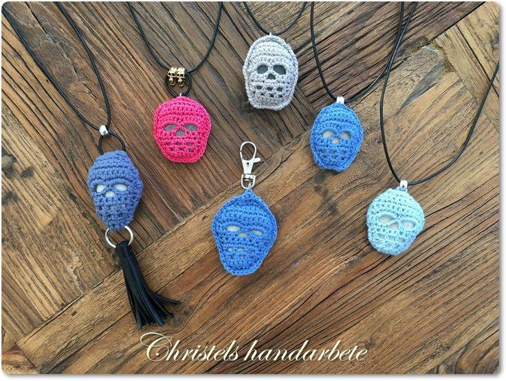 Virkade halsband döskalle på stenar. Crochet necklace on stone.