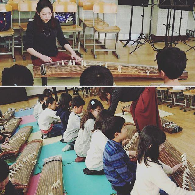 【mineko_hayashi】さんのInstagramをピンしています。 《先日の、奈良市立六条小学校による箏授業postです📷 こちらの小学校では初の箏の授業。 近隣の中学校と連携し、そちらから箏を借りて実施されました。 音楽の先生が軽トラをお使いになって運ばれたとか😳素直な子供たちに、生のお箏を触れさせてあげたい!という一心で、他科目の先生方のご助力も頂き、実現されました。 45分で「さくらさくら」を弾ききった小学四年生のみんな、最後まで集中して演奏を楽しんでくれました✨ . #箏#こと#地歌#地唄#音色#和楽器#邦楽#音楽#楽器#奈良#日本#伝統文化#伝統#教育#japan#nara#music#instagood#japanesque#小学生#小学校#体験#instagramjapan#igersjp#正座#子ども#さくらさくら#さくら#桜#先生》