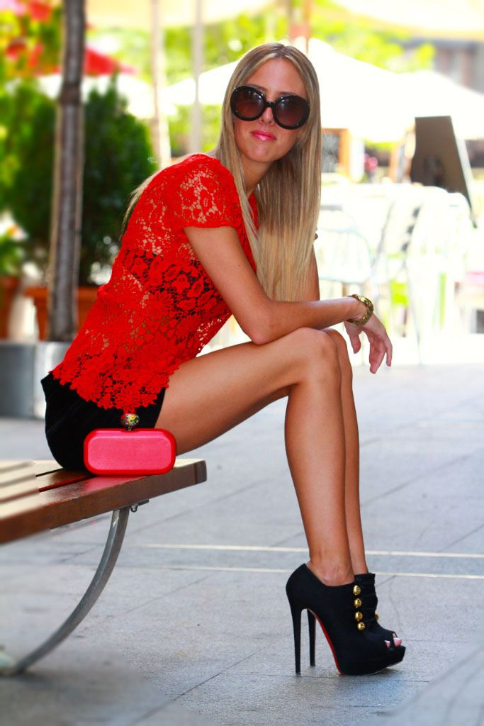Lace Blouse/Blusa: Zara Shorts: Zara (Old) Clutch: DIY Shoes/Zapatos: Christian Louboutin Sunnies/Gafas: Prada / Shorts and Heels Outfit / Beauty in High Heels