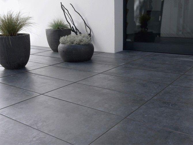 Ce magnifique carrelage exterieur noir est à la fois mat et brillant. Un sol design, pour une terrasse contemporaine. Sublimez-le avec des pots de fleurs comme sur cette photo. <br /><br />Photo : DR